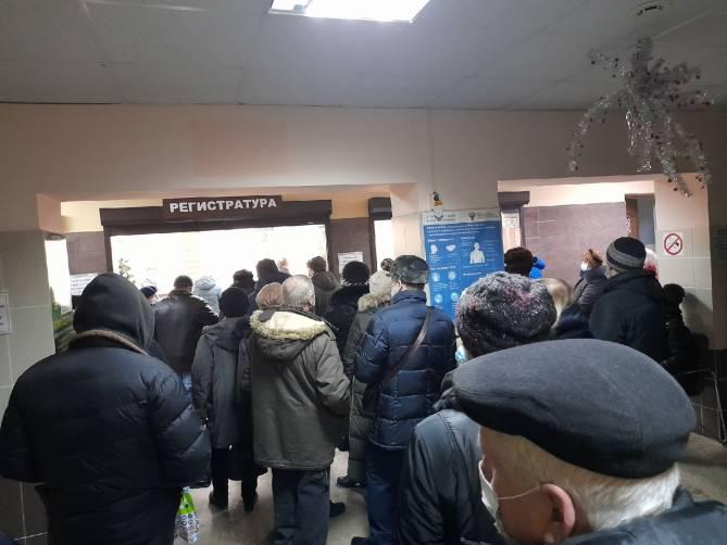 В брянской поликлинике №7 выстроилась огромная очередь за талонами