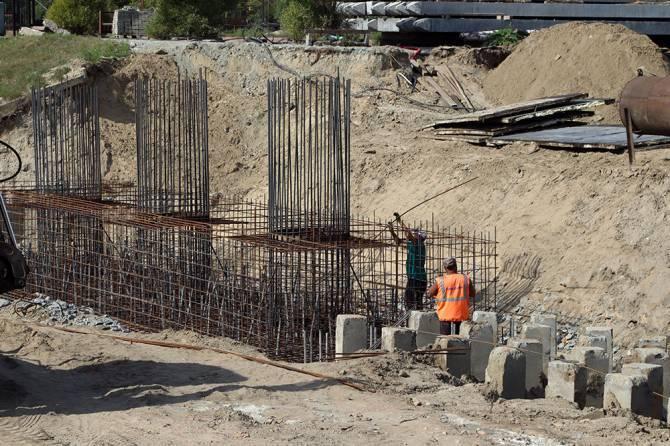 В Брянске на новом мосту уложили первую балку