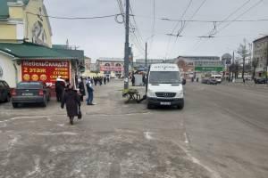 В Брянске торговцы мимозой перекрыли въезд на парковку у Бежицкого рынка