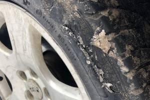 В Брянске неизвестные порезали колеса в припаркованной в «Речном» легковушке