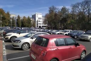 В Брянске площадь Карла Маркса превратилась в забитую до отказа парковку