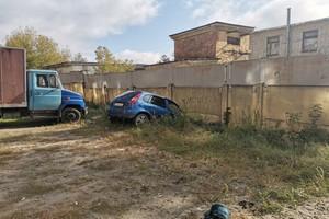 В Брянске легковушка протаранила бетонный забор