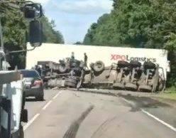 На объездной дороге под Брянском цистерна перевернулась после ДТП с фурой