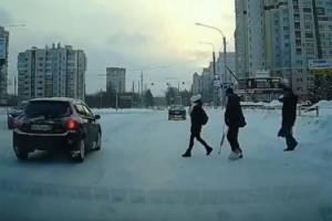 В Брянске автохам на Toyota не пропустил идущих на зеленый свет пешеходов