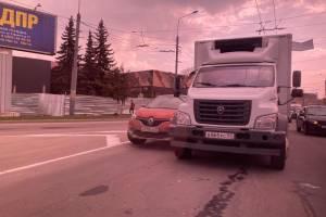 Грузовик из Орла столкнулся с Renault в центре Брянска