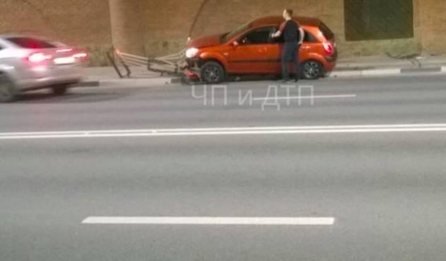 В Брянске возле «Башни» легковушка снесла забор