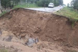 Водитель рухнувшего в яму под Навлей авто попал в реанимацию