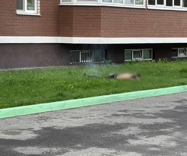 В Брянске сняли на видео выпавшего из окна 15-го этажа горящего мужчину