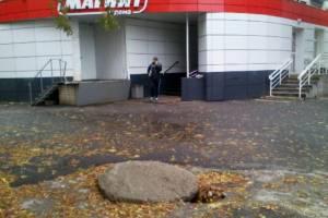 В Брянске заметили опасный люк возле магазина «Магнит»