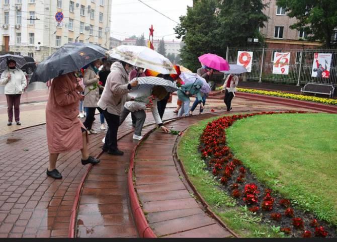 В Брянске к памятнику Тютчева возложили цветы