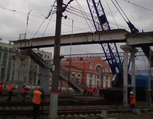 На вокзале Брянск-I продолжили снос аварийного пешеходного моста