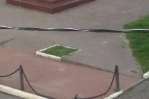 В Брянске повредили ограждение перед памятником Емлютину