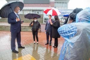 Брянские депутаты обсудили под дождём бесплатную уху