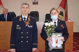 Владислав Толкунов наградил спасших из горящей квартиры детей полицейских