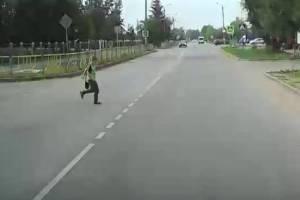 В Брянске учеников школы № 61 вынудили ходить на уроки по проезжей части