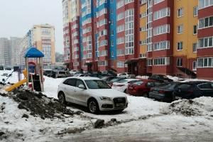 В Брянске пристыдили автохама за парковку на детской площадке