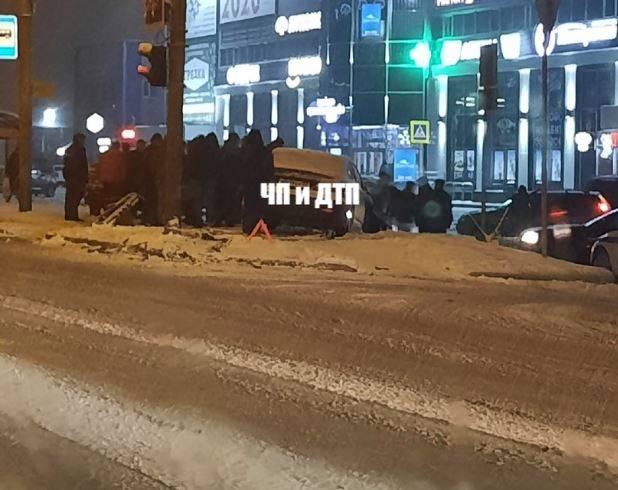 В Брянске автомобиль вылетел на тротуар возле ТЦ «Океан плаза»