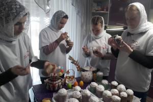 В Новозыбкове студенты педколледжа подарили пенсионерам куличи