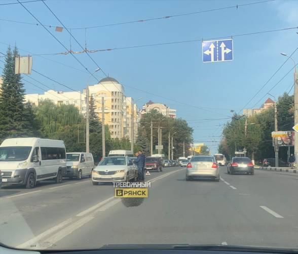 В Брянске у площади Партизан не разъехались две легковушки