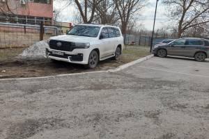 В Брянске автохам на Toyota припарковался на газоне