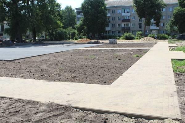 В Стародубе продолжается строительство новой детской площадки