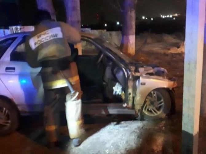 В Брянске на Авиационной легковушка влетела в дерево: ранен 21-летний пассажир