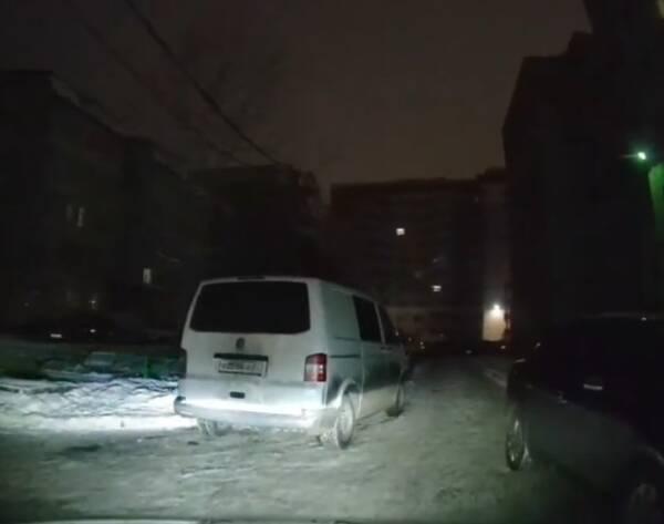В Брянске водитель фургона перегородил дорогу