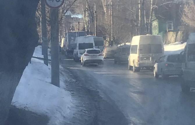 В Брянске улица Урицкого встала в огромной пробке