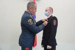 Брянских полицейских наградили за спасение утопающего