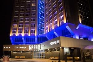 Ночью на парковке гостиницы «Брянск» пьяный водитель сломал ногу женщине