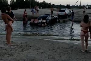 В Брянске возле озера Орлик утонула легковушка