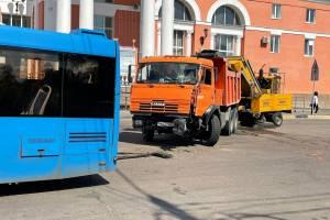 У вокзала Брянск-I столкнулись КАМАЗ коммунальщиков и автобус
