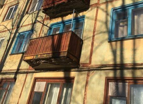В Брянске на улице Димитрова разваливаются балконы дома