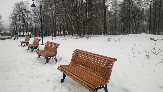 В парке поселка Локоть появились новые скамейки
