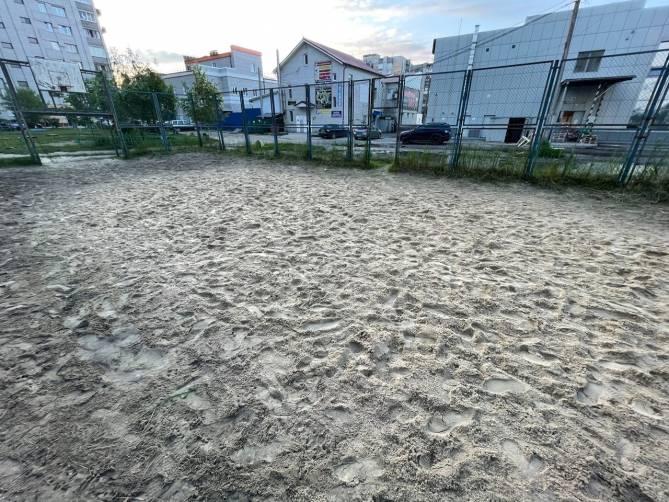 В Брянске заботливые коммунальщики испоганили футбольное поле