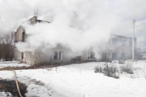 В поселке Локоть загорелось заброшенное общежитие