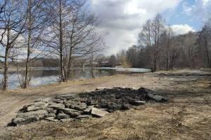 В Фокино дорогу около озера закидали старым асфальтом
