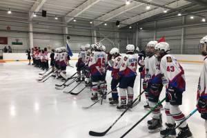 На ледовой арене Стародуба начался хоккейный турнир