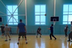Брасовские учителя в новогодние каникулы сразились в волейбол