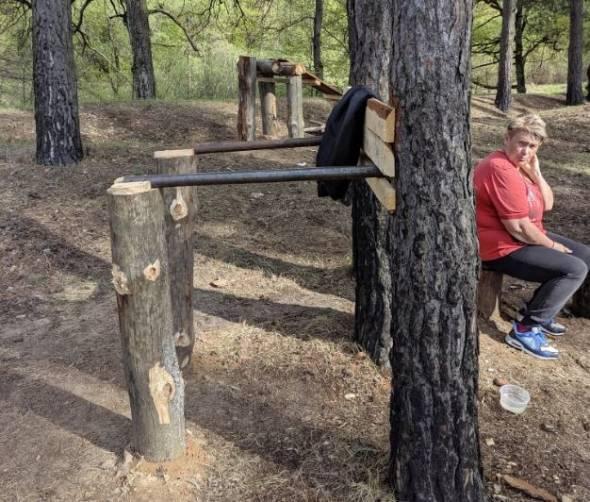 В брянском лесу появился самодельный тренажерный зал