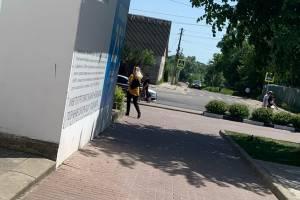 В Клинцах девушка получила удар в живот на входе в магазин