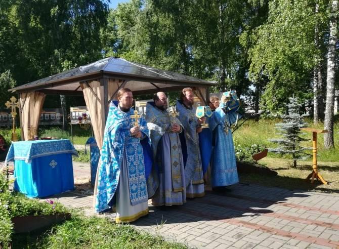 В Карачевском районе на месте будущего храма состоялась первая литургия