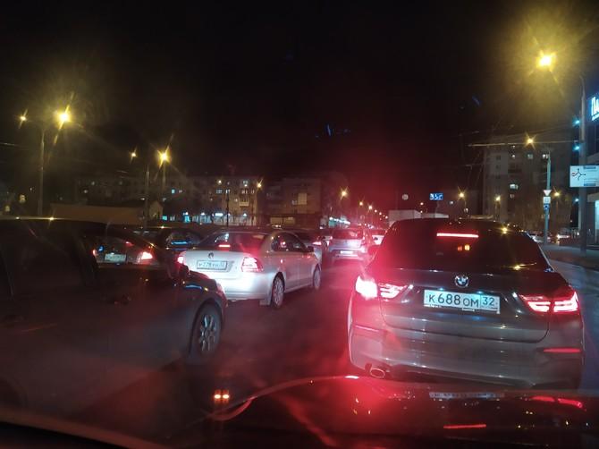 В Брянске возле бежицкой «Линии» произошла авария