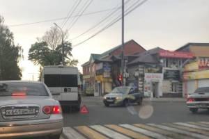 В Брянске возле «БУМ-Сити» не разъехались маршрутка №36 и легковушка