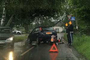В Локте мотоциклист протаранил остановившуюся перед «зеброй» легковушку