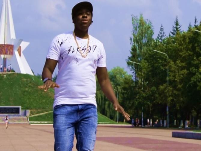 Африканский певец снял в Брянске клип о любви к двум девушкам