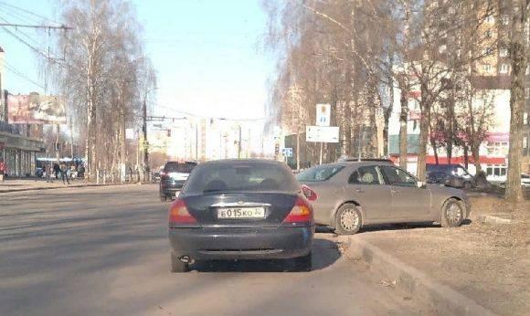 В Брянске на Крахмалева стоящая на обочине 5 дней машина помешала движению