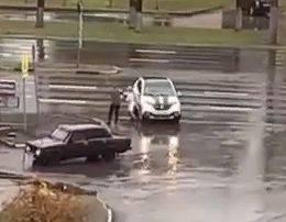 В Брянске сняли на видео драку автоледи и водителя ВАЗ
