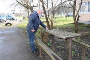 Брянскому ветерану подарили новые лавочки и стол