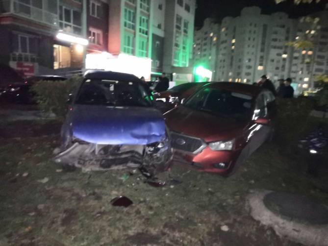 Пьяный водитель разбил две машины во дворе на Романа Брянского